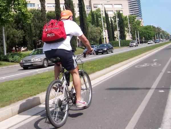 El carril bici solar o cuando las carreteras muevan coches, enciendan farolas e iluminen casas